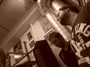 El autor y David Gistau durante una velada de boxeo en el Metropolitano, septiembre de 2012. (Foto: Ignacio Ruiz Quintano)