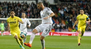 El balón se dirige al pie de Benzema como el culo al sofá.