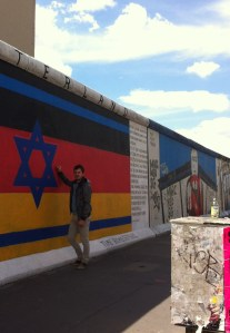 El bloguero ante el Muro. East Side Gallery, Berlín oriental.