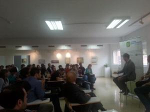El ponente ante la audiencia.