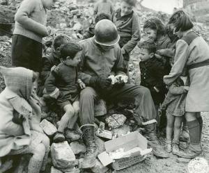 Navidad de 1942. Un soldado estadounidense reparte su chocolate entre unos niños.