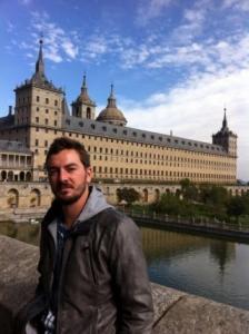 El Escorial con columnista delante.