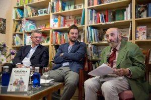 Gallardón y Pombo, con el autor disfrutando en el medio.