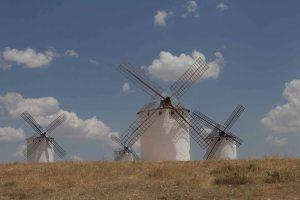 """""""Mire vuestra merced -respondió Sancho- que aquellos que allí se parecen no son gigantes, sino molinos de viento..."""""""
