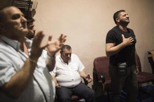 Así rezan los gitanos del gueto de Gerona. Foto de Antonio Heredia.