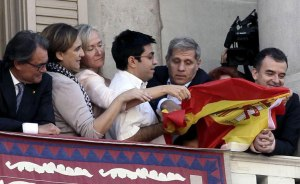 La bandera mirando al traidor de soslayo, y no al revés.