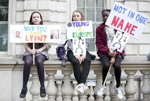 Jovenes-manifestantes-Brexit-Downing-Street_EDIIMA20160625_0221_5.jpg
