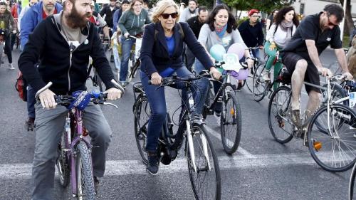 la-alcaldesa-manuela-carmena-se-sube-a-la-bici-para-celebrar-el-dia-sin-coches